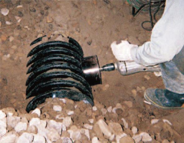 センタードレンのゴム支管用穴開け作業