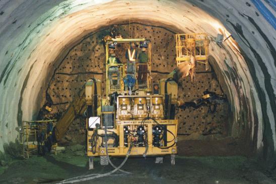トンネル内での施工状況