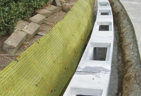 公園内の樹木による歩道への根茎侵害を防ぐ垂直施工例