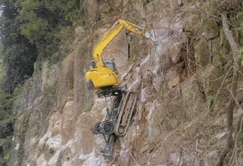 山間部の急斜面でRCM06が掘削を行う
