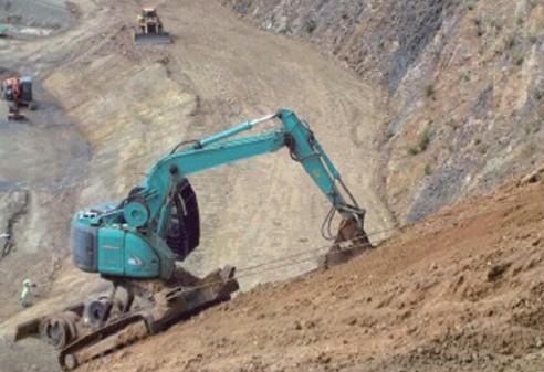 高所法面で掘削を行うRCM12