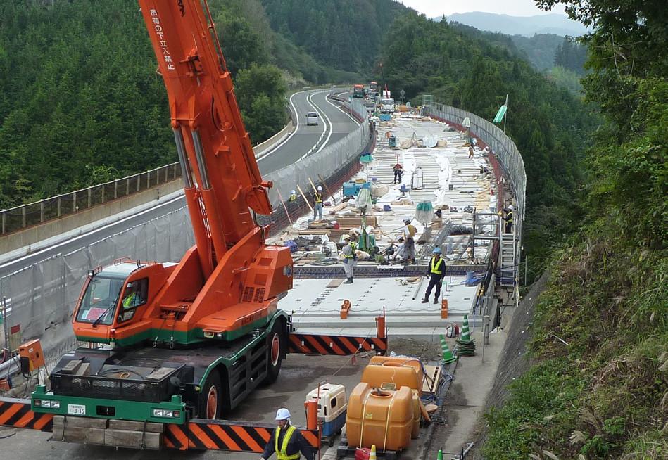 延長床版システムプレキャスト工法施工状況(中国自動車道 青津橋)