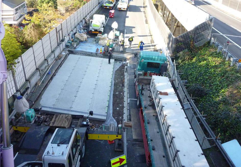 延長床版システムプレキャスト工法段階施工状況(東名高速道路 滝沢橋)