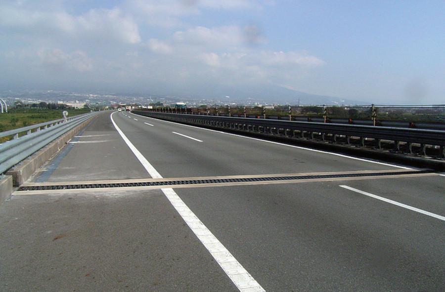 東名高速道路 富士川橋のハイブリッドジョイント使用例