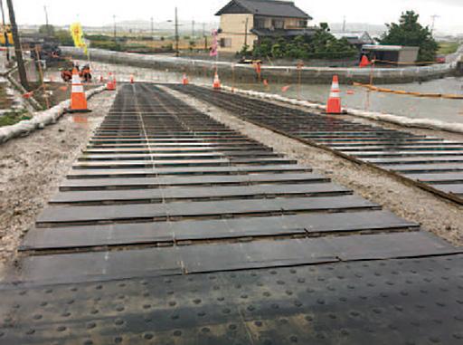 フラットバー付敷鉄板の現場使用例(雨の日のスロープにも効果を発揮)