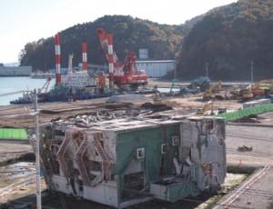 大津波により倒壊した遺構保存候補の一つ、江島共済会館。