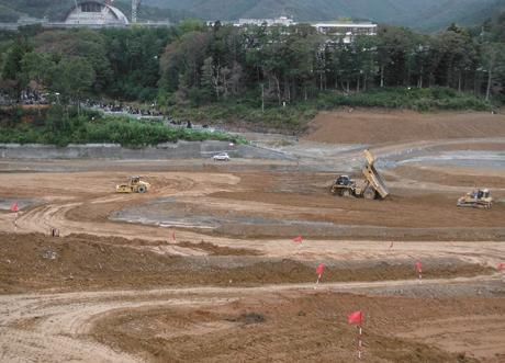 女川駅前周辺の盛土造成。平成27年3月のJR女川駅の再開、「まちびらき」に向け残された時間は多くはない。急ピッチで作業が進められている