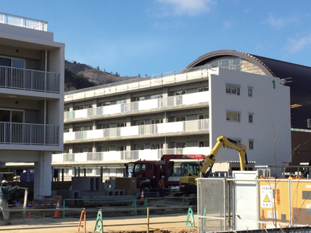 平成26年3月に完成する町内初の災害公営住宅(陸上競技場跡地)