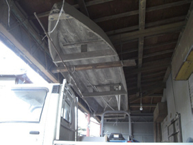写真-2 農家の軒下に吊るされた船