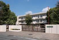 正門からの校舎写真