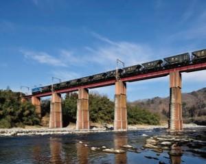 秩父地方で産出された石灰石を積んだ貨物列車が荒川を渡っていく