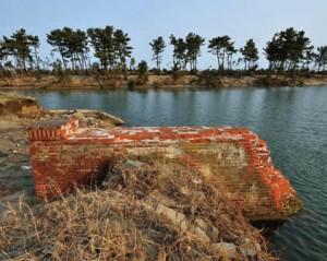 海岸線に沿って設けられた北上運河のそばに残る橋台