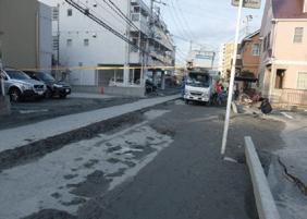 写真-2 東日本大震災時に発生した道路の特異な突き上げ被害(浦安市内)