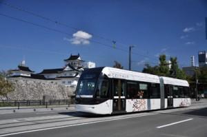 写真-2 市内電車環状線「セントラム」。後方は、富山城址公園