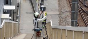 写真-1 跨線歩道橋の計測状況