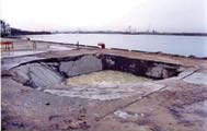 陥没した港湾施設のエプロン部分