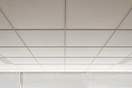 グリッド天井に使用する超軽量天井材『カールトン』