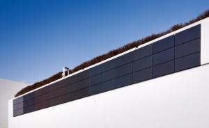 壁面設置型の低反射環境配慮型太陽光発電システム