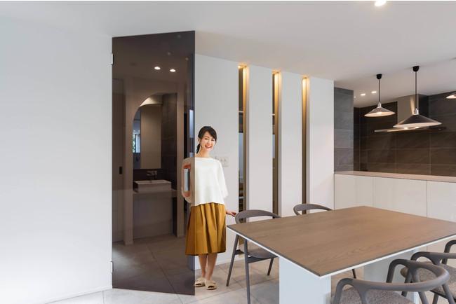 室内用全面ガラスの開き戸を発売